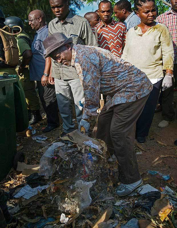 Tổng thống nhặt rác gây sốc