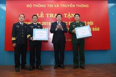 Bộ TT&TT tặng lịch 2016 cho chiến sĩ hải quân, biên phòng