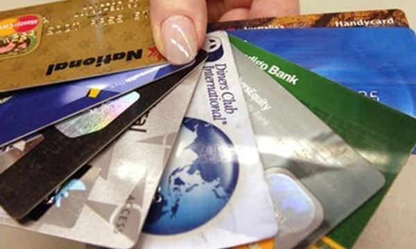 Thạc sĩ ăn cắp tiền thẻ tín dụng mua hàng hiệu