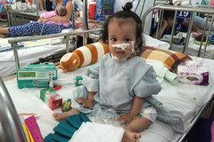 Nụ cười hiếm hoi của bé mắc bệnh ruột hẹp