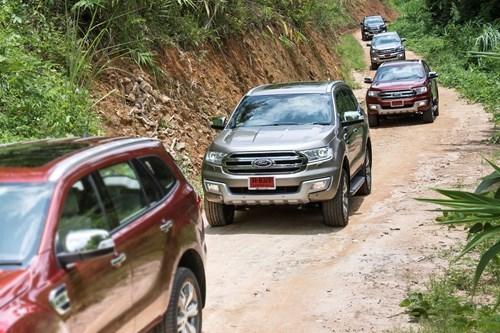 Ford Everest 2016 giá cao, khách choáng