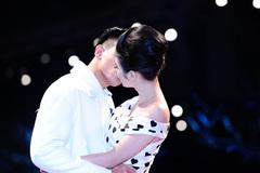 Angela Phương Trinh hôn bạn diễn say đắm ngay trên sân khấu
