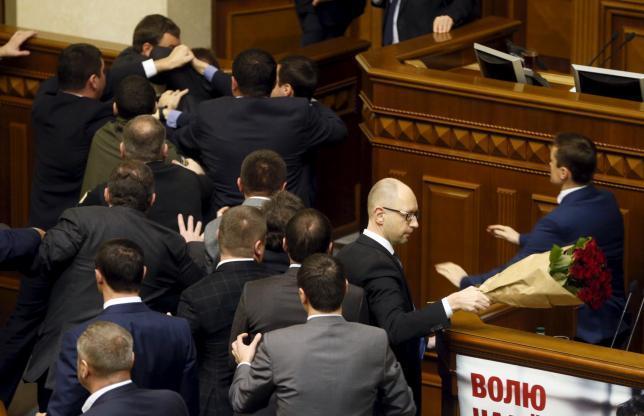 Thủ tướng Ukraina bị nhấc bổng giữa cuộc họp