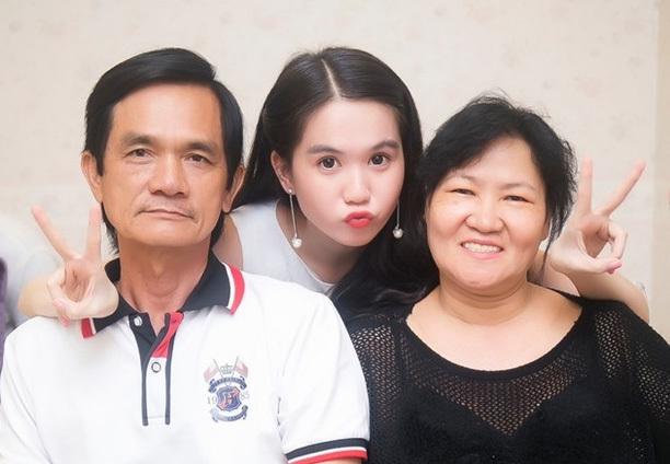 Chuyện tình khó tin của bố Ngọc Trinh và cô giáo trẻ