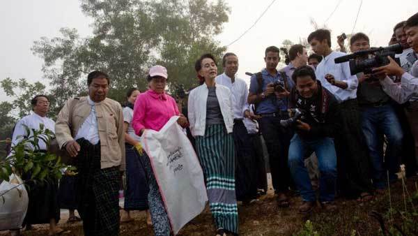 Bà Aung San Suu Kyi xuống đường nhặt rác