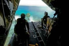 Phi cơ Mỹ thả quà Noel xuống Thái Bình Dương