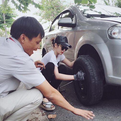Angela Phương Trinh sửa xe ô tô rất chuyên nghiệp