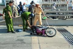 Xe đầu kéo cán chết 2 người trên cầu Phú Mỹ