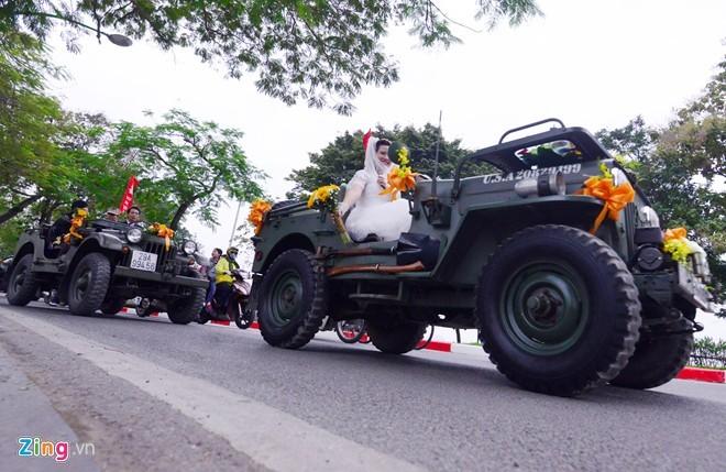 Chú rể lái xe Jeep đưa cô dâu dạo quanh phố phường