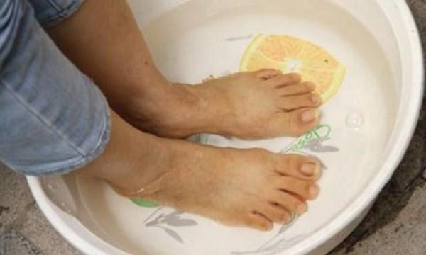 Ngâm chân bằng nước nóng mỗi ngày trị chứng xuất tinh sớm