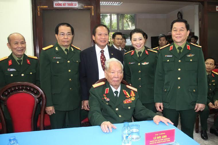 Đại tướng Lê Đức Anh tặng hồi ký cho thư viện quân đội