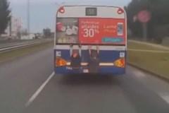 Clip hai đứa trẻ đu người trên đuôi xe buýt để đi nhờ