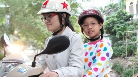 Chở bé bằng xe máy: 7 điều lưu ý