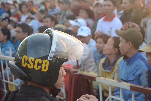 Hàng trăm người xem xử thảm án từ 5 giờ sáng