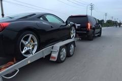 Đại gia Hà Nội mang 'khủng long' Cadillac kéo Ferrari 458 trên đường
