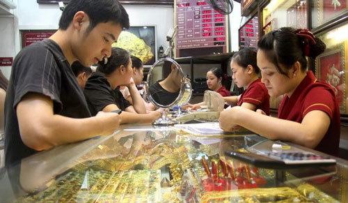 USD 'chợ đen' vọt lên 22.800 đồng, vàng giảm mạnh