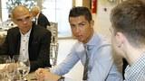 Ronaldo 'tự kỉ' với điện thoại trong bữa tiệc Giáng sinh