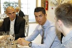 """Ronaldo """"tự kỉ"""" với điện thoại trong bữa tiệc Giáng sinh"""