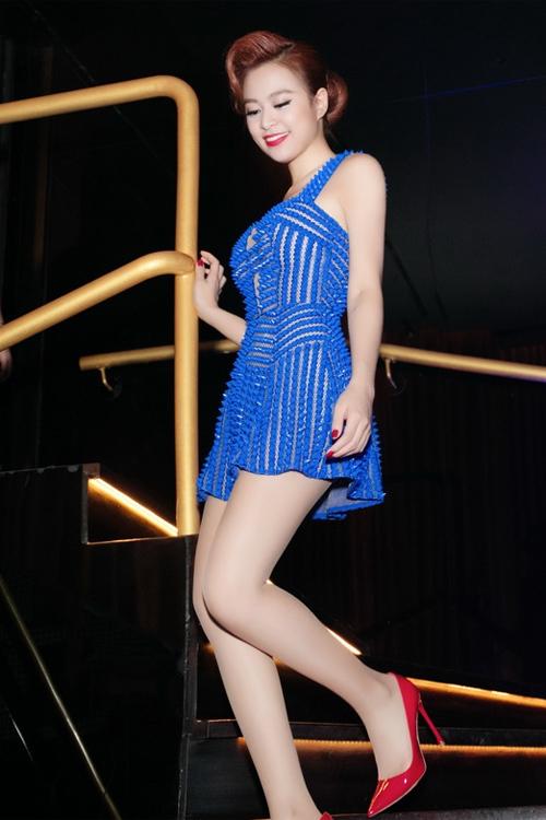 Hoàng Thùy Linh 'siêu gợi cảm' với đầm xanh lạ mắt
