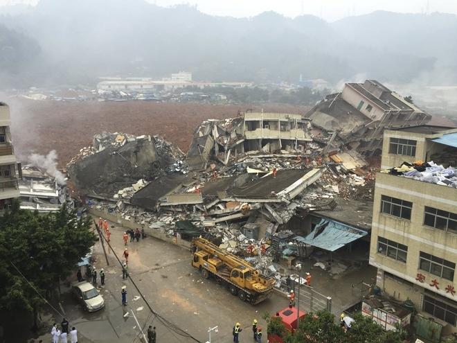 Rùng mình hiện trường lở đất làm hàng chục tòa nhà sập
