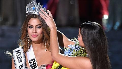 Người đẹp Colombia chia sẻ trong vòng tay an ủi của các bạn thí sinh.