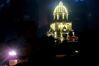 Lâu đài gà vàng nổi 'bần bật' trong đêm