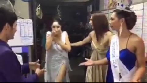 Fan Thái Lan tái hiện tình huống trao vương miện: