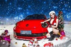 'Bà già Noel' nóng bỏng nhất hành tinh 'thiêu đốt' bên xe