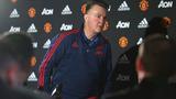Van Gaal nổi cơn lôi đình, bỏ dở họp báo