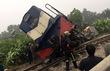 Hà Nội: Tàu hỏa văng xa đường ray sau cú húc ô tô chở đá