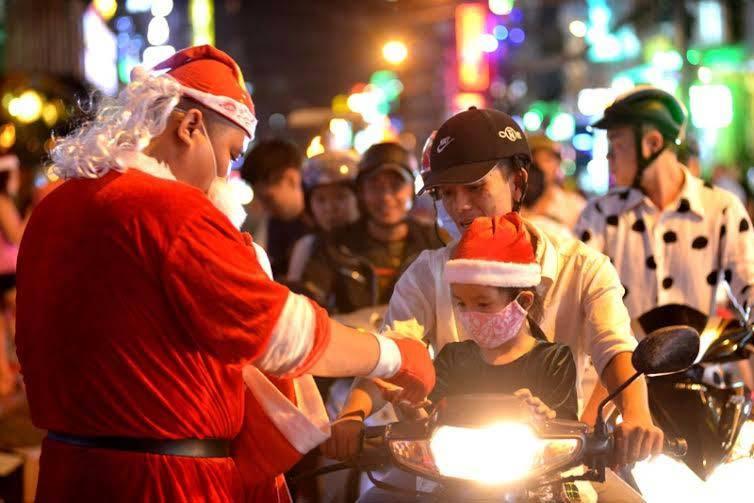 Khắp nơi đón Noel, giao thông kẹt cứng