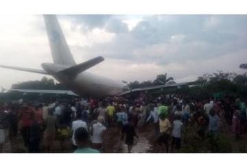 Máy bay hạ cánh đâm vào nhà dân, 7 người chết