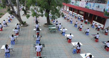 TP.HCM: Xôn xao hình ảnh thi học kỳ ngoài trời chống gian lận