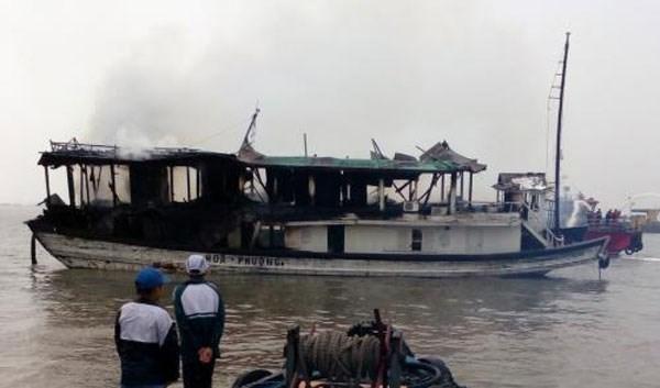 Tàu du lịch chở 25 người trên Vịnh Hạ Long bốc cháy dữ dội