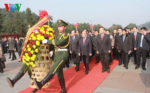 Chủ tịch QH dâng hoa, viếng Chủ tịch TQ Mao Trạch Đông