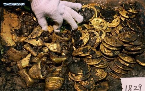 hàng trăm bánh vàng, cổ mộ hoàng đế,
