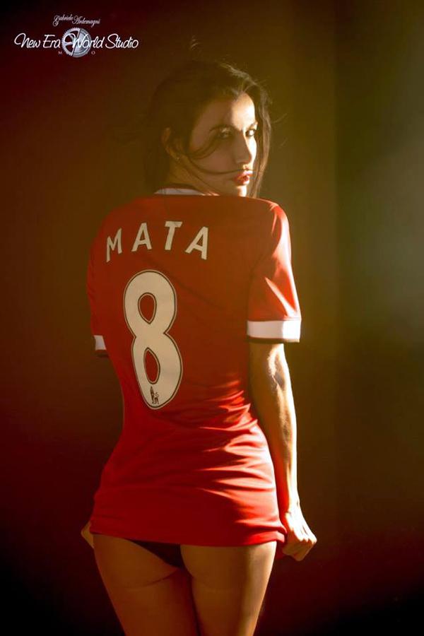 Thi đấu bết bát, Mata vẫn được siêu mẫu ủng hộ