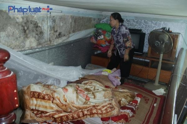 Chỉ có ở Hà Nội: Ở biệt thự, 7 người sống trong căn gác 5m2