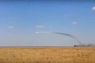Xem Tor-M2U của Nga vừa di chuyển vừa phóng tên lửa
