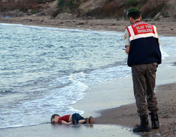 Thế giới, 2015, khoảnh khắc, hình ảnh, ám ảnh, chiến tranh, xung đột, di dân, tị nạn, khủng bố, trừng phạt, máy bay, IS