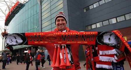 Ủng hộ Mourinho, fan M.U xát muối vào nỗi đau Van Gaal