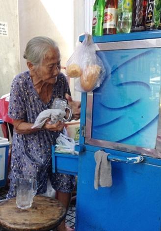 cụ bà, 90 tuổi, buôn bán, vỉa hè, Sài Gòn, biết 4 ngoại ngữ, cụ-bà, 90-tuổi, buôn-bán, vỉa-hè, Sài-Gòn, biết-4-ngoại-ngữ