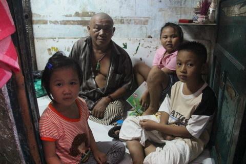 Gà trống nuôi con: 3 trẻ thơ và người cha khuyết tật