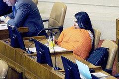 Sốc cảnh nữ nghị sĩ trùm chăn họp quốc hội