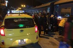 Ga Vinh 'bảo kê' 3 hãng taxi bắt khách sát đường sắt?