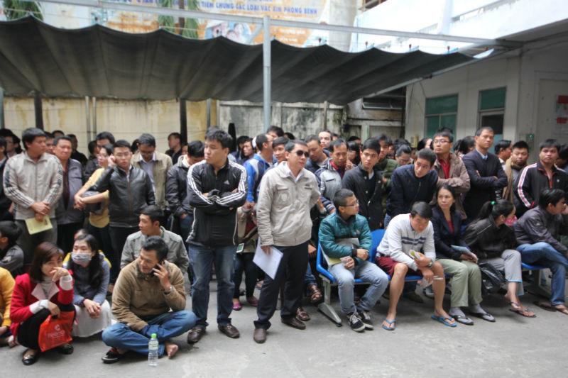 Bay từ Hà Nội vào Đà Nẵng xếp hàng chờ vắc xin trong đêm