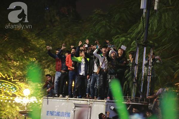 Đón năm mới 2016, Bờ Hồ, Lễ hội đếm ngược, chen lấn, trèo rào