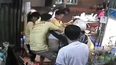 Toàn bộ nhân viên quán ăn Sài Gòn đánh khách bầm dập