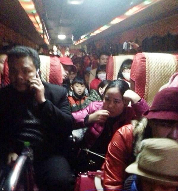 Hoảng hồn xe khách 42 chỗ 'nhồi' 103 người