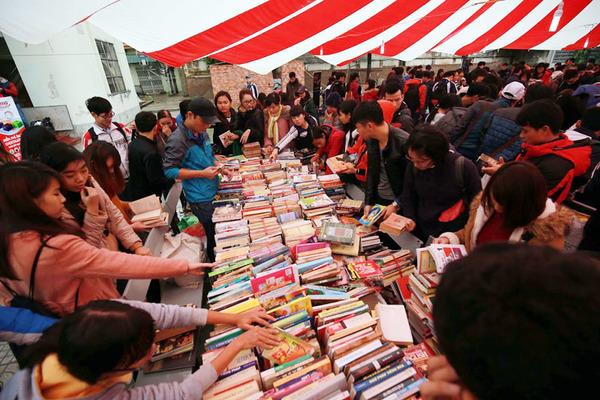 Chợ phiên sách cũ 'mở hàng' Hội sách 2016
